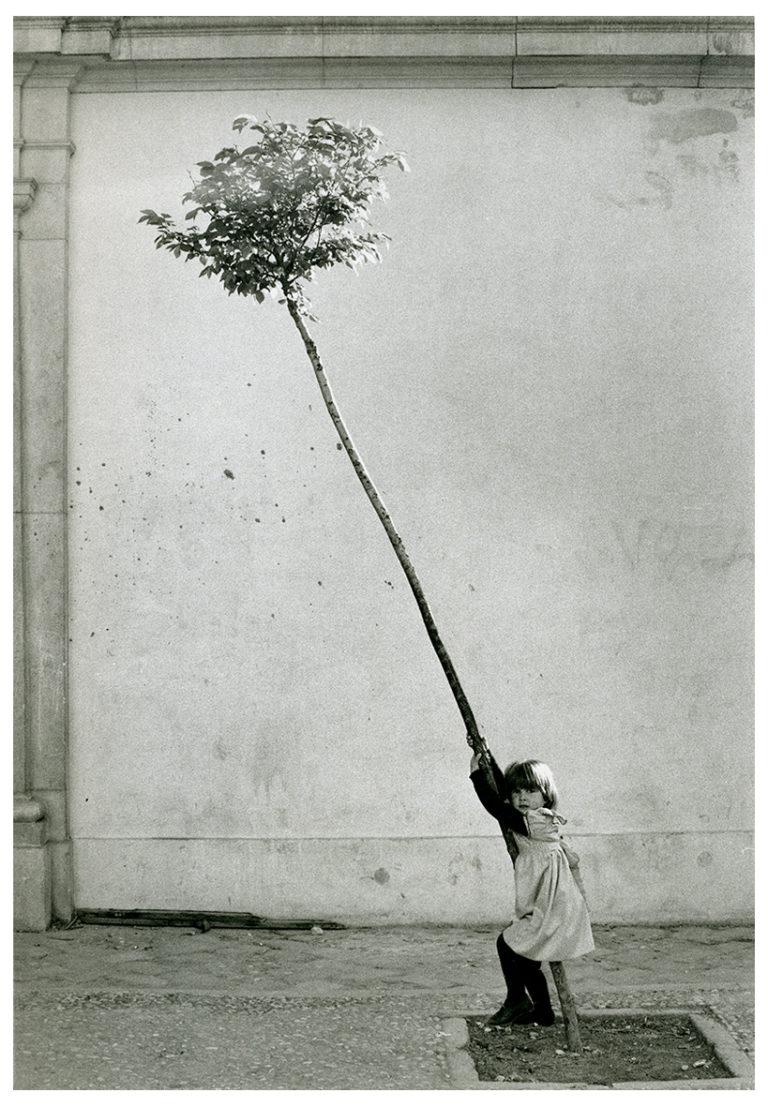 Petite fille, petit arbre, Espagne (c) Sabine Weiss - 1981